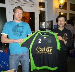 Calor-Inhaber Daniel Gil überreicht die neuen Trikots